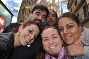 Eu, Roberta e amigos catalães. Ao fundo, a Sagrada Família