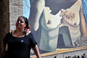 Divando com Dalí ao fundo
